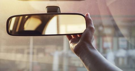 adjusting rear view mirror to avoid blind spot